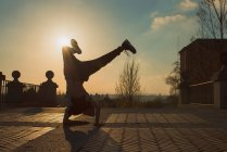 Підліток перерва танці на вулиці в сонячний день — стокове фото