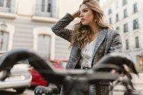 Dame choisir vélo de location sur le parking — Photo de stock