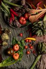 Conjunto de varias verduras frescas y servilletas de tela rústicas en la mesa en la cocina - foto de stock