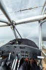 Veduta del quadro strumenti all'interno di una cabina di un piccolo aereo — Foto stock