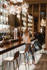 Mulher elegante beber vinho no balcão no bar — Fotografia de Stock