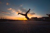Pause dansante adolescente dans le parc du soir — Photo de stock