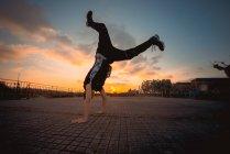 Брейк-данс в вечернем парке — стоковое фото