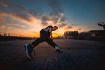 Dança da ruptura do adolescente no parque da noite — Fotografia de Stock