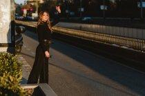 Élégante jeune femme saluant taxi sur la rue de la ville — Photo de stock
