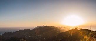 Панорамный вид на яркий закат в горах — стоковое фото
