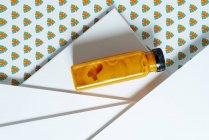 Frasco de smoothie de manga e abóbora sobre textura geométrica de estilo retro — Fotografia de Stock