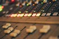 Close-up de instrumento equalizador de música em estúdio — Fotografia de Stock