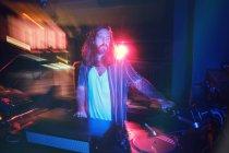 Бородатий DJ людина грає диско-музику в клубі — стокове фото