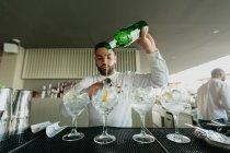 Barman préparant des boissons alcoolisées au bar — Photo de stock