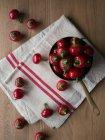 Vue de dessus de pimientos poivrons placés dans le pot et la serviette en tissu . — Photo de stock