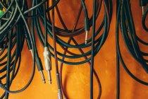 Coloridos cables estéreo de sonido de música en estudio - foto de stock