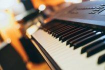 Primer plano del teclado del piano en el estudio sobre fondo borroso - foto de stock