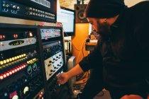 Musiker arbeitet mit Stereo-Steuerung im Studio — Stockfoto