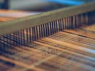 Primo piano dei fili bianchi e arancioni sul telaio — Foto stock