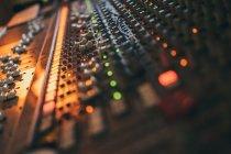 Primo piano dello strumento equalizzatore musicale in studio — Foto stock