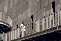 Молодий афроамериканець людина ходьба на мосту вулиці міста — стокове фото