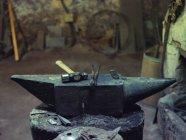 Молоток і щипці на ковадлі в традиційному семінарі — стокове фото