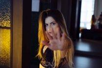 Giovane femmina in lingerie mostrando stop segno con mano a casa — Foto stock