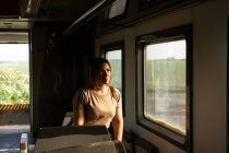 Soldatin schaut aus dem Fenster, während sie mit Militärfahrzeug durch die Landschaft fährt — Stockfoto