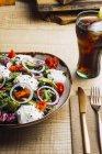A salada vegetal com verdes da cebola e o molho de creme serviram na placa na tabela de madeira — Fotografia de Stock