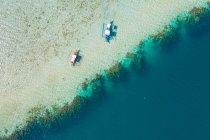 Vista aerea delle barche ormeggiate su poco profondo di spiaggia sabbiosa — Foto stock