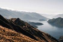 Vue panoramique de crête des montagnes avec de hauts sommets dans la brume ensoleillée — Photo de stock
