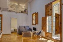 Intérieur du salon élégant simple et des fenêtres dans la lumière du jour — Photo de stock