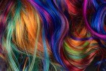 Hintergrund von bunten lebendigen weichen Haarlocken im Durcheinander — Stockfoto