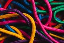 Fondo de desordenado mezclado de cordones de zapatos de colores - foto de stock
