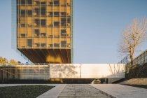 Elegante rascacielos de cristal que refleja el sol en el día brillante en el centro - foto de stock