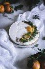 Bolo de tangerina decorado na toalha de mesa branca — Fotografia de Stock
