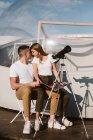 Mulher elegante sentado no colo namorado no céu perto do hotel bolha — Fotografia de Stock