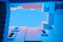 Снизу геометрическая лестница и стены здания синего цвета — стоковое фото
