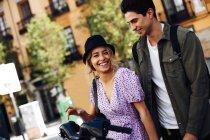Giovane coppia allegra ridere e camminare durante incontri all'aperto — Foto stock