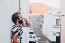 Giovane maschio parlando cellulare in città — Foto stock