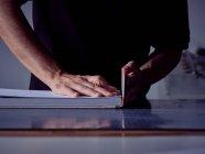 Руки ремесленника отделки переплет книги клея твердая крышка работает за столом — стоковое фото
