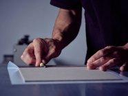 Букмекер складывает бумагу над обложкой — стоковое фото