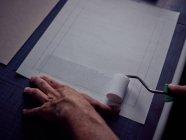 Руки переплётчика, клеящего книгу в твёрдую обложку с рулоном — стоковое фото