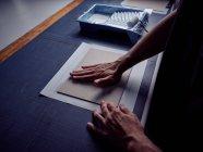 Неузнаваемый переплет, накладывающий ткань на обложку книги — стоковое фото