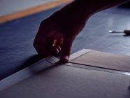 Рука bookпідшивок введення тканина на обкладинці для книги — стокове фото