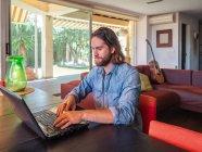 Обманутый мужчина пользовался компьютером в квартире — стоковое фото