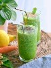 Набор ингредиентов для здорового смузи и стаканов с зеленым напитком — стоковое фото