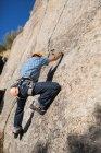 Dal basso dell'irriconoscibile arrampicata libera in natura — Foto stock