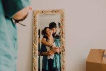 Spiegelbild eines zärtlich küssenden Pärchens im hochdekorierten Spiegel — Stockfoto