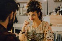 Liebevolles Paar in lässiger Kleidung sitzt am Tisch im Café und schaut sich an — Stockfoto