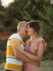 Чоловік обіймає і цілує у дорослу жінку з щасливою усмішкою. — стокове фото