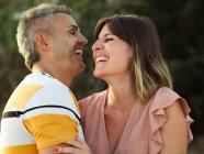 Пара дивиться один на одного з щасливою посмішкою. — стокове фото