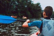 Вид сзади на атлетку в красном каноэ на реке Селла в Испании — стоковое фото
