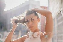 Брюнетка слушает музыку на солнце — стоковое фото